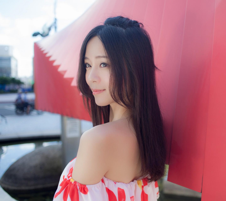长头发美女照片侧颜分享展示